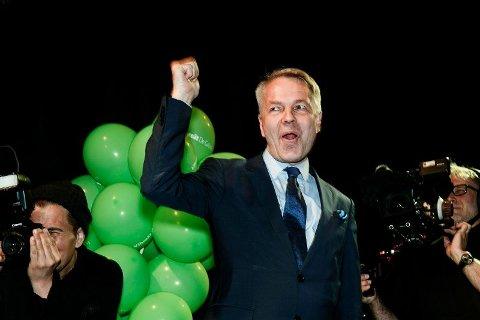 Den finske politikeren Pekka Haavisto er lederen for Gröna förbundet. Her ser vi ham juble under en valgvake i Helsinki i slutten av mai. Foto: Roni Rekomaa/Lehtikuva via AP