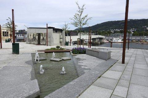 Nå kan man sitte ved fontenen på Fløttmannsplassen og se utover Småpudden.