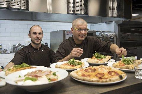 Kokkene Alberto Anastasia fra Sicilia og Pavel Draus fra Krokow i aksjon på kjøkkenet til den italienske restauranten Da Stefano i Strandgaten.