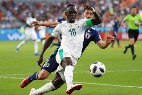 Sadio Mane (t.v.) vil lage problemer for Algerie-forsvaret i torsdagens kamp i Afrikamesterskapet. (AP Photo/Eugene Hoshiko)