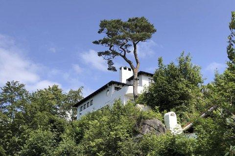 For eit år sidan var villa Grung prega av svære verandaer. I dag er villa Grung meir autentisk enn på lenge – ein verdig markering av villaens 80 år.