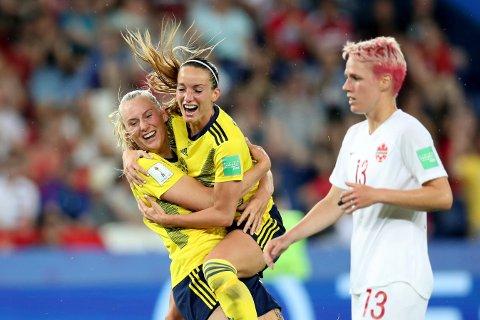 Stor svensk jubel etter at Stina Blackstenius scoret seiersmålet mot Canada i åttedelsfinalen. (AP Photo/Francisco Seco)