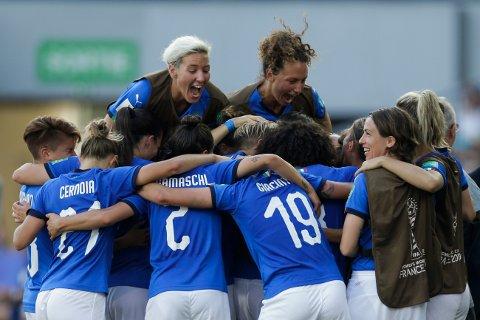 Stor italiensk glede etter at Aurora Galli har gitt laget ledelsen 1-0 mot Kina i åttedelsfinalen. Italia vant tilslutt 2-0. Foto: Claude Paris (AP)