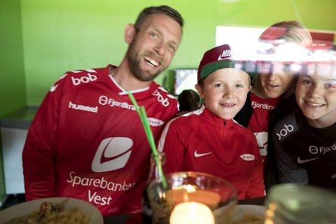 Bonuspappa Kjetil Pettersson sammen med Aron Vatne (10), Vilde Felicia Vatne (12) og mamma Helene Wilhelmsen. Aron                                                   er lidenskapelig opptatt av fotball, og han var blant barna I Hjertelosjen som 5. mai fikk se Brann spille hjemmekamp. Tiåringen har nettopp fått diagnosen diabetes type 1.