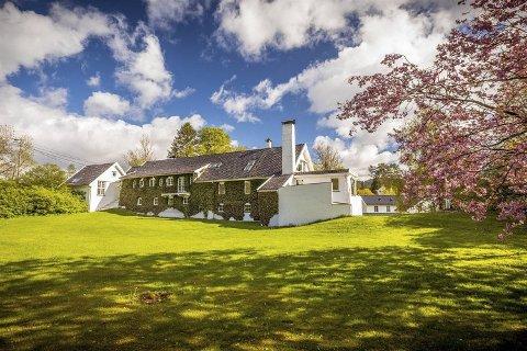 Fanahammeren 1 er til salgs for 15,9 millioner kroner. Huset er 490 kvadratmeter, omkranset av nesten seks mål tomt.