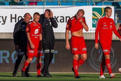 Branns trener Lars Arne Nilsen fortviler etter 1-5-tapet mot Molde på Røkkeløkka i fjor. Vi tror Brann får det tøft igjen i kveld.  Foto: Svein Ove Ekornesvåg / NTB scanpix