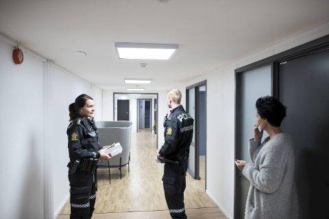 – Innbrudd er ikke noe gøy. En kjedelig start på dagen. De har prøvd å bryte opp kontordøren min, sier Iris Erdmann (til h.) i 123 Bad. Her er hun i samtale med politiet.