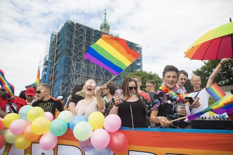 – Norge regnes som det nest beste landet å være homofil i. Det skal ikke være en hvilepute., skriver Harald Hove. Bildet er tatt under Pride-paraden i Bergen. Foto: Emil W. Breistein