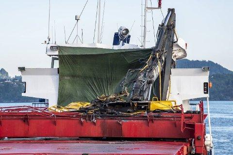 Gravemaskinen fekk hard medfart då lasteskipet «Framfjord» krasja i Nordhordlandsbrua natt til torsdag.