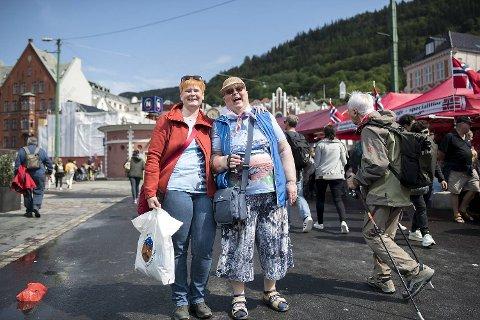 Brigitte Jensen og Gislinde Winkler fra Hamburg, som skal ta Hurtigruten nordover til Kirkenes torsdag kveld, var overrasket over hvor mange turister det var i Bergen.