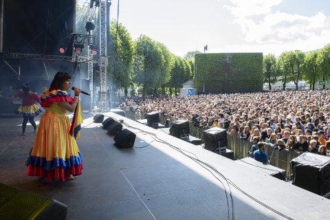 FULL DANS: Det blir fort en levende fest når Fargespill kommer på scenen. Så skjedde også under årets utgave av Bergenfest ung. Her synger Ailyn Selberg for 8000 ungdommer fra et utvalgskoler fra hele Bergen.Alle FOTO: KAI FLATEKVÅL