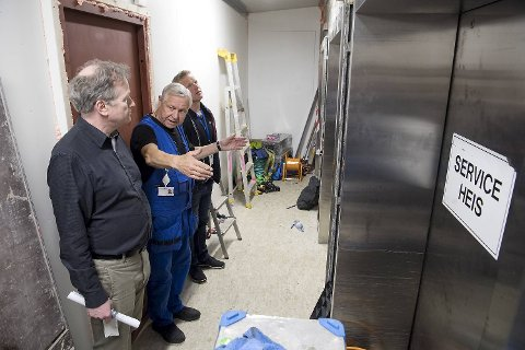 Seksjonsleder Tore Sigbjørn Hansen, heismontør Jan Christophersen og teknisk sjef Sjur Brandtun foran de gamle service-heisene i Sentralblokken. De er i ferd med å bli byttet ut med såkalte smarte heiser. Etter 40 år er det på tide å bytte ut alle de 16 heisene i Sentralblokken, og det er et massivt prosjekt.