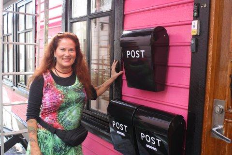 Henny Arling selger det omtalte rosa huset i Steinkjellerkroken.