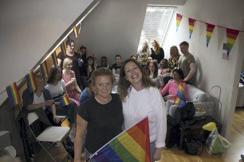 Marianne Dale og Hanne Indrebø (i front) holdt dørene åpne for dem som ville spise frokost med dem før Pride.