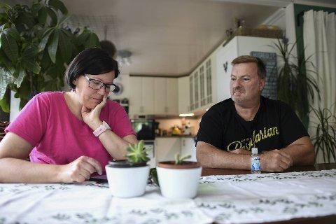 Kristine (48) og Adrian Redmond (57) er lei av forurenset drikkevann. Den siste uken har familien slitt med sykdom.