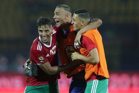 De marokkanske spillerne jubler etter seieren mot Elfenbenskysten. Vi tror de kan få mer å feire mandag kveld. (AP Photo/Hassan Ammar)