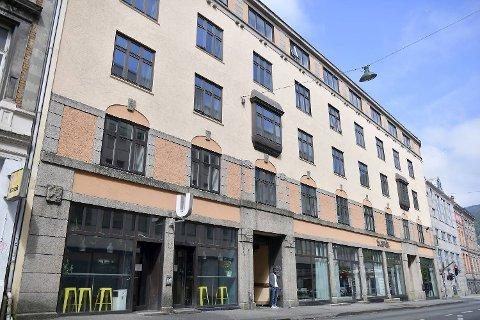 Naboskapet mellom utestedet Ujevnt (t.v.) og hotellet Scandic Byparken har ikke vært problemfritt. Nå avsluttes det.