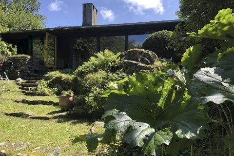 SPOR: Det finns framleis rikeleg med spor etter Torborg (Bitten) Zimmer Frølichs hagekunst kring villaen ektemannen teikna i 1959. Dagens huseigarar er dedikerte i det å halde hagen i hevd.