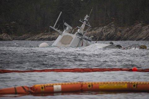 Isopor fra lensene som ble lagt ut rundt fregatten Helge Ingstad, forsøpler strandsonen i området rundt Stureterminalen.