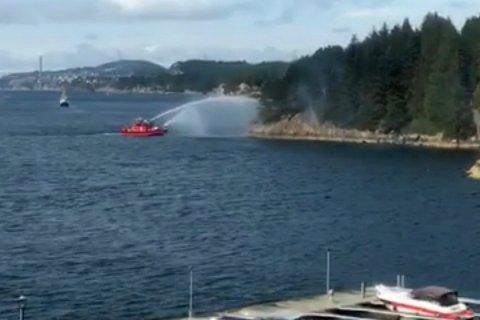 Brannbåten fra Bergen måtte rykke ut for å slukke brannen på Bjorøy.