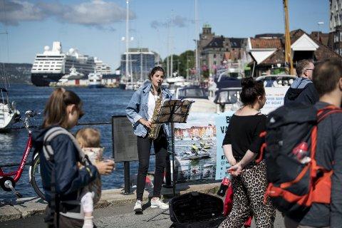 Tre uker i bergen: Ania fra Polen er i Bergen for andre gang og spiller for nysgjerrige turister: – Jeg elsker å spille på gaten, sier hun.