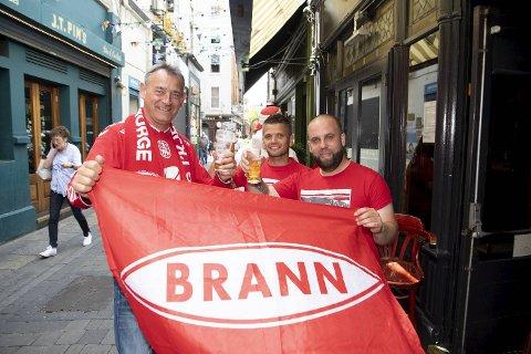 Det rundt 200 Brann-supporterne som er ventet på kveldens kamp i Europaligaen, skapte god stemning på flere av pubene i Dublin før avspark. Her er Gert Bøe (t.v.), Glen Korneliussen og Alex Skulstad.