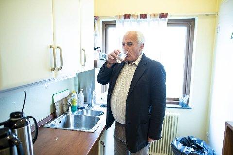 Varaordføreren på Askøy, Bård Espelid, forsynte seg av det friskmeldte vannet torsdag morgen.