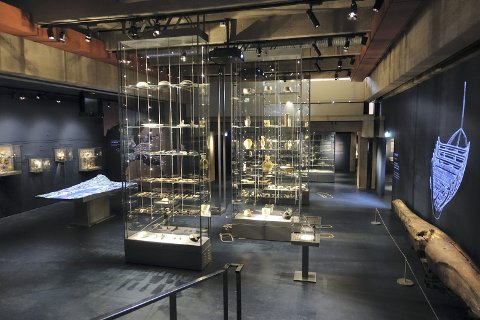 Hele Bryggens Museum er bygget om. Flere gjenstander har fått plass på museet, mot at Bryggeskipet tok mindre plass. Til høyre ser man slik Bryggeskipet fremstilles i dag. Delvis digitalt.