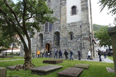 Skuelystne turister er på vei for å se den vakre Mariakirken, som sto klar i 2015, etter over fem år med restaurering.