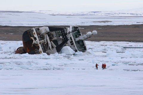 Det er Kystverket og Sysselmannen på Svalbard som har beordret fjerningen av tråleren.