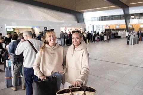 Celine Helgeland (19) og Josefine Kaldheim (20) er to av svært mange bergensere som strømmer til Syden denne sommeren. Forrige uke ble 74 prosent flere reiser booket fra Bergen sammenlignet med i fjor i samme tidsrom.