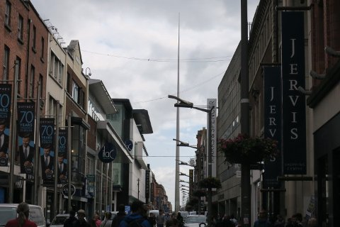 Dublin satt på spissen. Denne gigantiske blyanten ble tilsynelatende holdt oppe av lyktestolpene i gaten ved siden av.