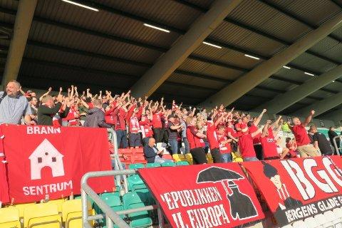 196 Brann-supportere i Dublin. Her ved innmarsj.