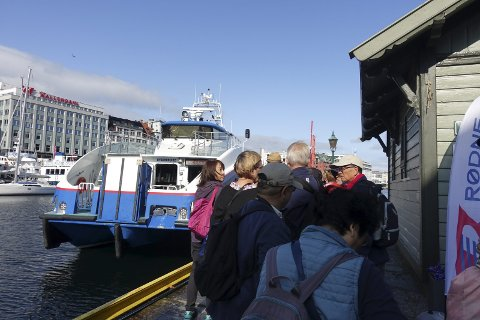 «Rygertroll» har akkurat satt kursen mot Modalen, men mange står igjen på kaien. Nå legger «Rygercruise» til, som båt nummer to på avgangen kl. 10.00.