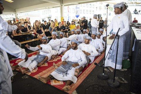 Mannskapet om bord på Shabab Oman II serverte de mange oppmøtte god mat fra hjemlandet og både spilte og danset for publikumet på Holbergskaien. De feiret dagen for maktskiftet i 1970, da Qaboos bin Said overtok etter sin far. Han har vært sultan i landet siden den gang.