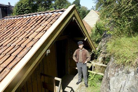 Christoffer Mæland utenfor snekkerverkstedet i Gamle Bergen. I dag har skuespilleren gått inn i rollen som snekker Justinius Larsen.