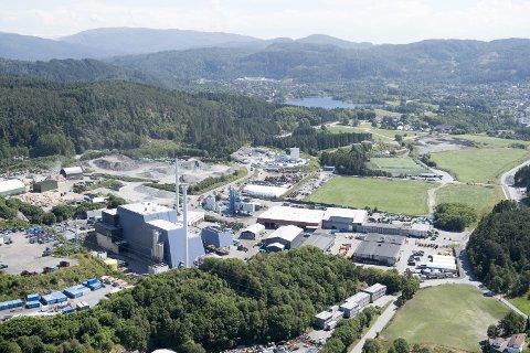 INDUSTRIOMRÅDET: Bergen Biogass, Bir Avfallsenergi, Ragn Sells holder til i området bak nabolaget som plages av vond lukt. Nå vil miljørettet helsevern sammen med kommuneoverlegen gjøre grundigere undersøkelser for å finne hvor stanken har sitt opphav. Foto: Arne Ristesund