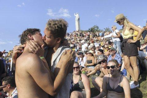 Slik så det ut under fjordårets Utkant festival. Solen og stemningen var dampende. Her ser du Olav Ulrik Underdal og Erlend Lambrechts Trovåg som feiret livet med et kyss.