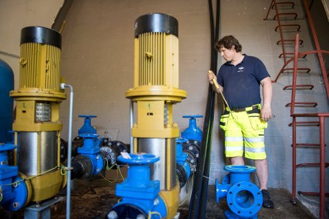Robert Vik måtte skifte ut rørdeler i vannanlegget på Riplegården. Foto: ANDERS KJØLEN