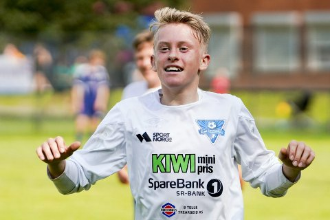 Sund-spiller Emil Høyland jubler for sin tredje scoring under G15-kampen mellom Ready 2 og Sund Sportsklubb/Skogsvåg på Valle. 14-åringen og laget hans har hatt en meget god start på turneringen.