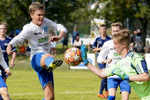 Peter Thuestad i en duell med Ready-keeperen under G15-kampen mellom Ready 2 og Sund Sportsklubb/Skogsvåg på Valle.
