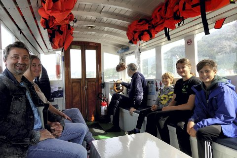 Fred Morten Hågensen og Annette Skjengen, sammen med barna Brage Olav (7), Vår (12), og Odin Skjengen-Hansen (snart 11), de tar sjøveien til Akvariet.