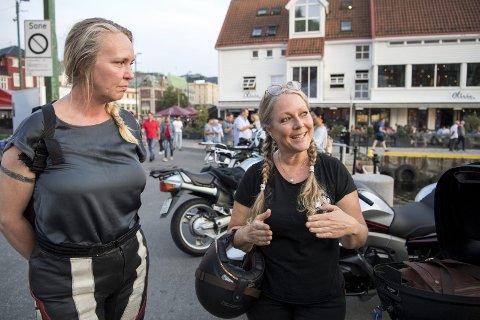Eli Johanne Stene (fra v.) og Anette Sundsbak er medlemmer i Women's International Motorcycle Association (WIMA) og flittige brukere av Torget. Opptil 100 MC-førere møtes til sosialt samvær her en vanlig kveld. Nå risikerer de p-bøter. FOTO: ANDERS KJØLEN