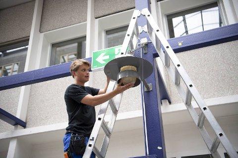 Marius Olsen skifter lyspære i fojaeen på den gamle lærerhøyskolen på Landås. Kommunen måtte kaste seg rundt og finne et erstatningslokale for 380 elever da Midtun skole ble stengt på grunn av asbest.