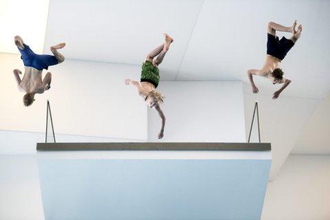 At det har vært en kjip sommer enes kompisene Simen Straume (13)  (t.v.), Ludvig Stinessen (13) og Thomas Schmidt (14) om. De bruker sommerferien sin inne i Ado Arena. Det er også kjekt, forteller Schmidt: – Det er grådig gøy å hoppe fra tieren da!
