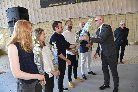 Byråd Rune Bakervik delte fredag ut blomster til vinnerne av arkitektkonkurransen.