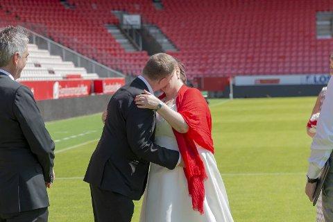 Ove Olsen (56) og Unni Karin Nordås (59) ga hverandre sitt ja på den legendariske gressmatten i dag.