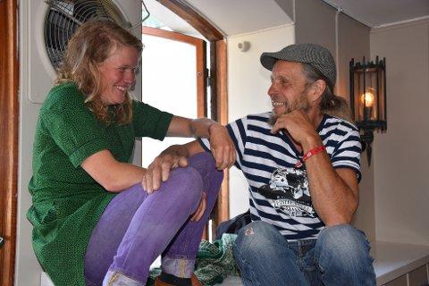 Florø-paret Siri Helle og Asle Espeseth hadde funnet seg en vinduskarm under Bygdalarm. – Det er trivelig å være nyforelsket her, sier de.