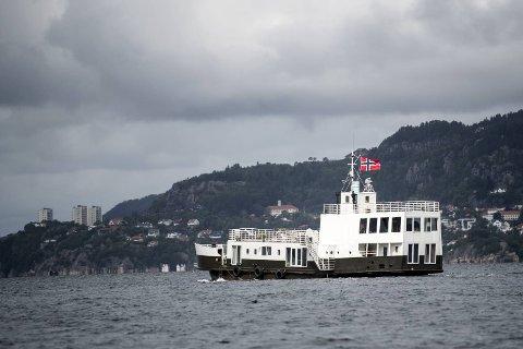 Den gamle bilfergen har vært hjemmet til Tone Bergsvåg og datteren Dina i 15 år. Her forlater de Bergen.