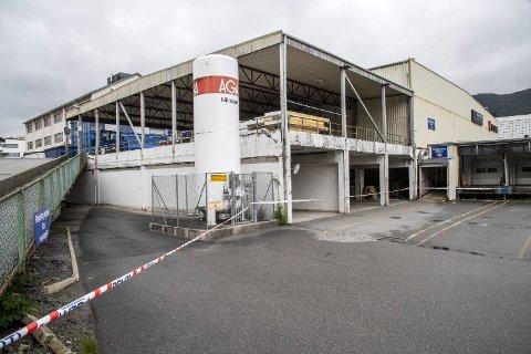 Det er usikkert hvor lenge produksjonsdelen av Tine meierier i Kanalveien på Minde er satt ut av drift. Det nye anlegget er først klart til å ta over produksjonen av melk om noen uker.